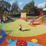 Деревья и кустарники на детской площадке